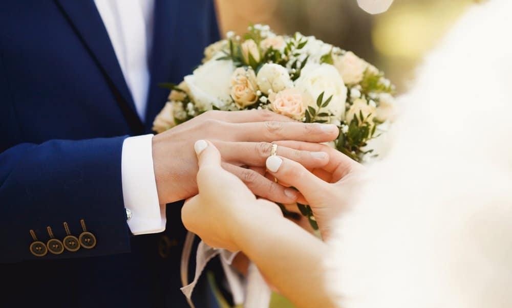 marriage مشاوره ازدواج و دو نفر در حال عروسی