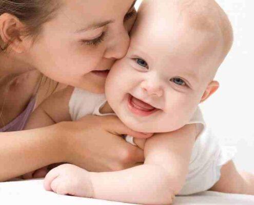 بوسیدن نوزاد
